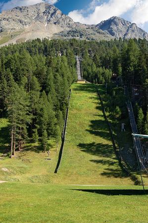 springboard: estación de esquí de salto (trampolín) en verano. Alpes suizos en Saint Moritz, Engadin, Suiza, Europa Foto de archivo