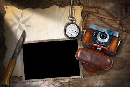 temperino: Modello per viaggi avventurosi. Vecchia macchina fotografica, pergamena vuoto, cornice per foto, orologio da tasca rotto e un coltello penna Archivio Fotografico