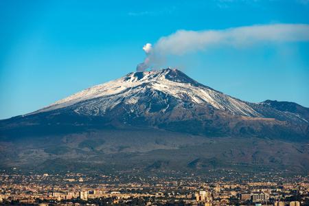Wulkan Etna z dymem i kratery Silvestri w mieście Catania, wyspa Sycylia, Włochy (Sicilia, Italia) Europa