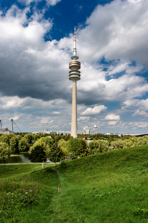 MUNICH, GERMANY - SEPT 8, 2018: The Olympic Tower (Olympiaturm) in the Olympic Park (Olympiapark) with the lake (Olympiasee) in Munich, Bavaria, Germany, Europe 新聞圖片
