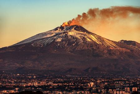 Vulcano Etna con fumo all'alba e la città di Catania, isola di Sicilia, Italia, Europe