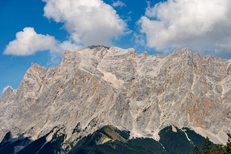 Zugspitze (2962 m) European Alps, the highest peak of the Wetterstein Mountains. Border between Austria and Germany, Europe 免版税图像