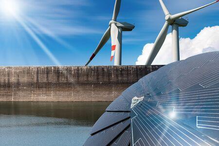 Erneuerbare Energie - Sonnenlicht mit Sonnenkollektor. Wind mit Windkraftanlagen. Regen mit Staudamm für Wasserkraft Standard-Bild