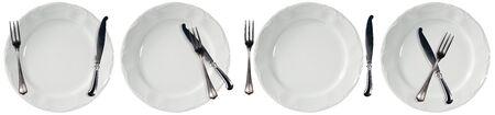 Colección de cuatro platos vacíos blancos, platos para servir, con cubiertos, tenedor y cuchillo de mesa. Aislado sobre fondo blanco Foto de archivo