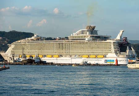LA SPEZIA, ITALY - JULY 25, 2018: Symphony of the Seas, cruise ship of the company Royal Caribbean International, moored in the port of La Spezia in Liguria, Italy, Europe Editoriali