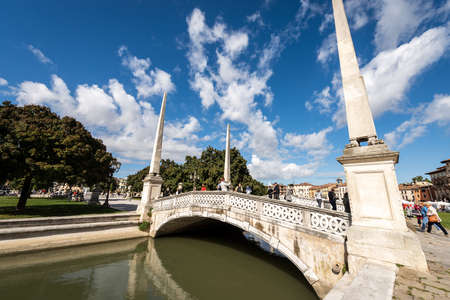 Ancient bridge with obelisks in Prato della Valle, famous town square in Padua downtown, one of the largest in Europe. Veneto, Italy. Editoriali