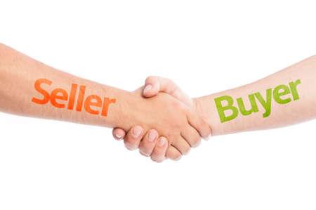 vendedores: Vendedor y Comprador manos temblando. Concepto de comercio Comercio apretón de manos USIG aislado sobre fondo blanco. Foto de archivo