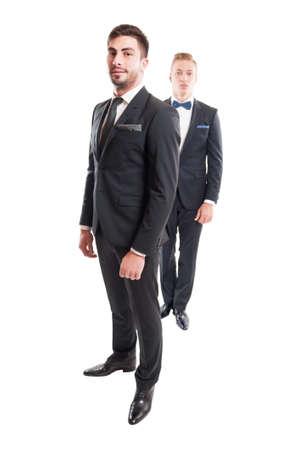 modelos hombres: Dos modelos masculinos del mismo palo que llevan corbata y corbat�n, los hombres de negocios concepto.