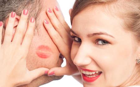 beso labios: Hermosa mujer enmarcar lápiz labial beso en el rostro del hombre
