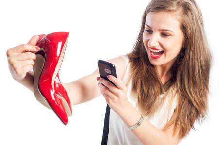 sexy young girl: Женщина, принимая фотографии с красной обуви, используя ее смартфон
