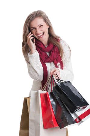 compras compulsivas: Muchacha de compras hablando y riendo en el tel�fono, mientras que la celebraci�n de bolsas de la compra