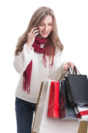 compras compulsivas: Compras ni�a hablando por tel�fono mientras mantiene bolsas de papel