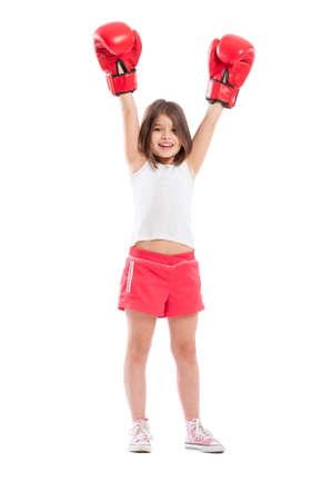 Jonge bokser meisje kampioen verhoging van de armen in de lucht op een witte achtergrond Stockfoto