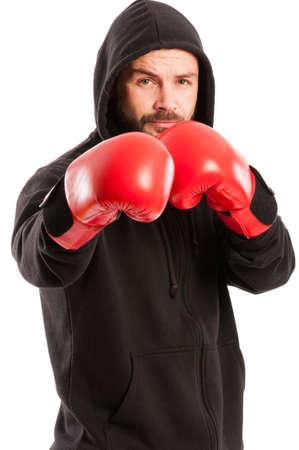 amateur: Boxeador aficionado vestido con una sudadera negro y guantes de cuadro rojo en la posici�n de combate aislado en el fondo blanco
