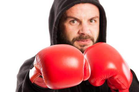 AFICIONADOS: Cerca de un boxeador aficionado enojado con el foco en el guante rojo