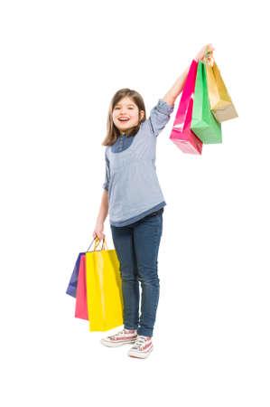 jolie petite fille: Jeune fille et gaie shopping avec des sacs sur fond blanc
