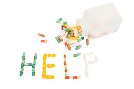 sobredosis: Ayuda palabra hecha de varias pastillas en el fondo blanco. Sobredosis, el abuso o el concepto de la adicción