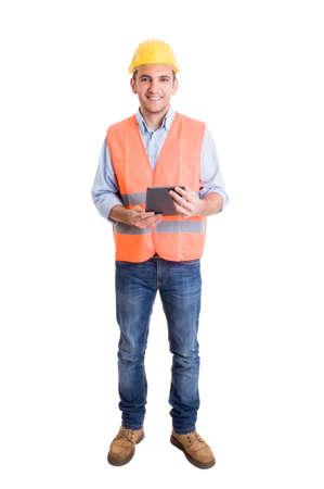 Volledig lichaam van een moderne ingenieur op een witte achtergrond met een draadloze tablet
