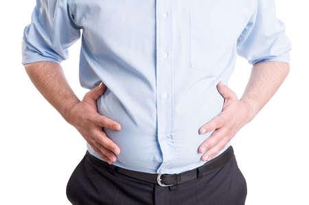 Handen grijpen opgeblazen buik. Spijsvertering probleem of indigestie, medische concept.