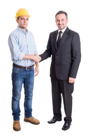 saludo de manos: Arquitecto, ingeniero o contratista y las manos del hombre de negocios adecuado sacudiendo Foto de archivo