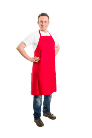 Empleado del supermercado o carnicería con delantal rojo que se coloca en el fondo blanco