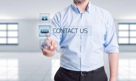 투명 디지털 화면에 손을 누르면 버튼 디지털 미래 지향적 인 개념에 연락 옵션