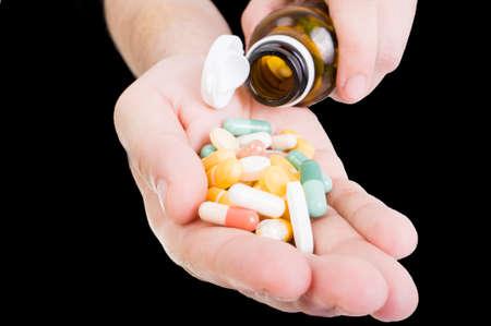 dosaggio: Versare le pillole a disposizione dalla bottiglia come dosaggio o antidolorifici concetto Archivio Fotografico