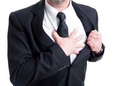 dolor de pecho: Hombre elegante que tiene dolor de pecho y ataque al coraz�n, mientras que agarrar la camisa