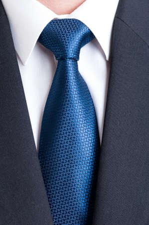 camisas: traje negro, camisa blanca y corbata azul. Negocio, concepto financiero o político Foto de archivo