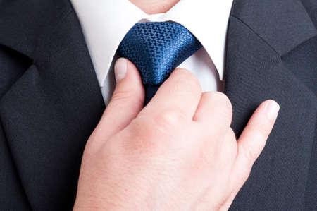 black tie: Encargado acertado y elegante fijaci�n pol�tico o ajustando corbata azul Foto de archivo