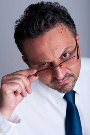 director de escuela: Gerente financiero o contable hadsome mirando por encima y anteojos o gafas encima