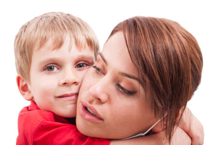 madre soltera: Madre protectora abrazando hijo feliz. Madre soltera muestra el concepto de amor