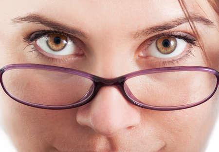 beaux yeux: Gros plan avec de beaux yeux et les lunettes. Clinique concept optique