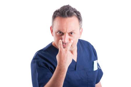 prestar atencion: Toma médico masculina mira a los ojos o pagar gesto atención