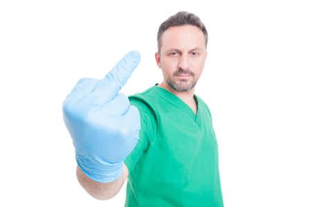 Médico grosero y enojado muestra el dedo medio como expresión insulto Foto de archivo