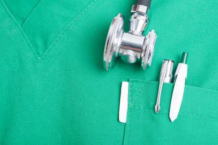 ヘルスケア: 聴診器とスクラブのポケットにペンをクローズ アップ