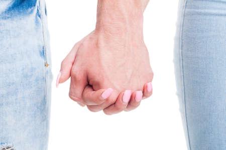 manos unidas: Detalle de la pareja tomados de la mano juntos en el fondo blanco con copia espacio o área de texto