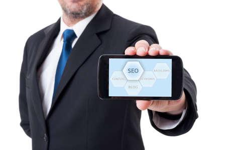 Man die smartphone met SEO of zoekmachine optimalisatie diagram Stockfoto