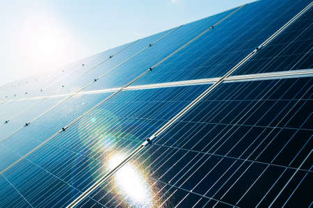 energías renovables: Sunray reflexionar sobre panel fotovoltaico de energía solar como energía eléctrica concepto de solución verde y renovable