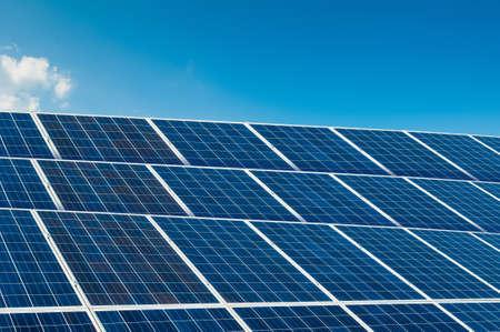 paneles solares: Los paneles solares en el cielo azul con copia espacio y �rea de texto