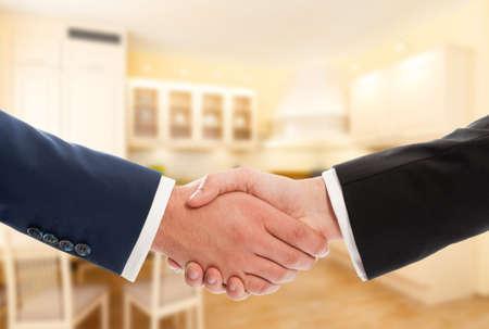 zakelijk: Koop of verkoop van onroerend goed concept met de ondernemers handdruk. Makelaar en opdrachtgever of koper en verkoper