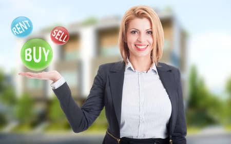 broker: Agente de bienes raíces Mujer que sostiene la compra, venta y alquiler de misiones en el fondo casa residencial Foto de archivo