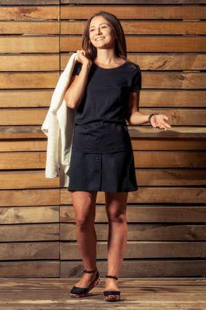 sandalia: Mujer joven adorable en la foto shoting en el fondo de madera que llevaba la ca�da del oto�o o verano ropa de noche
