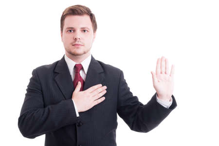 honestidad: Juramento toma abogado joven o jurando gesto con una mano en el corazón y el otro como concepto promesa