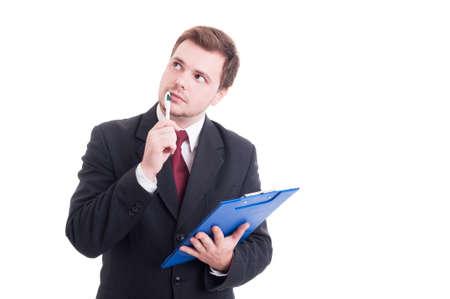 personas pensando: Contador inteligente o gerente financiero que sostiene el sujetapapeles y el pensamiento aislado en blanco