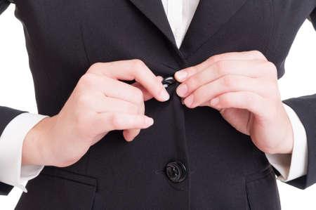 cerrando negocio: Primer con la mujer de negocios da el cierre de botón de la chaqueta del traje en el fondo blanco de estudio