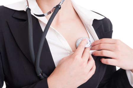 tętno: Makro z Anonymous Kobieta lekarz lub sanitariusz słuchanie jej serce za pomocą stetoskopu medycznego