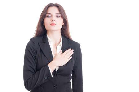 mujer trabajadora: Pol�tico o abogado de sexo femenino joven que hace un juramento con la mano en el coraz�n y el pecho aislados en fondo blanco