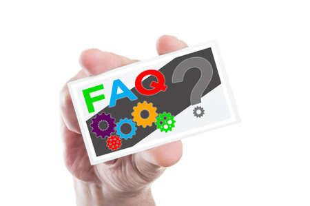 point d interrogation: Une main tenant FAQ ou fréquemment posées carte avec des questions d'interrogation