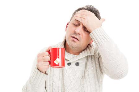 raffreddore: Uomo freddo con febbre alta e mal di testa a causa del virus dell'influenza